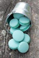 macarons em um balde na superfície de madeira foto