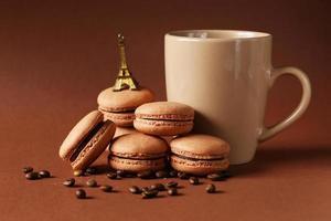 macarons de café com grãos de café sobre fundo marrom foto
