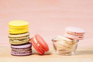 macarons franceses na mesa foto