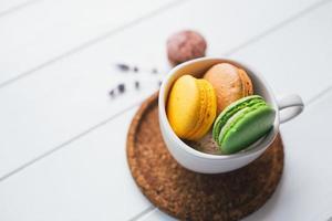 macarons em fundo branco de madeira, profundidade de campo foto