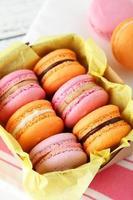 macarons coloridos franceses na caixa foto