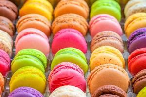 macarons coloridos franceses tradicionais em uma caixa foto