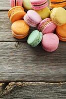macarons franceses coloridos sobre fundo cinza de madeira foto