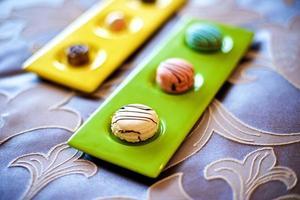 macarons coloridos na cama foto