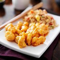 frango chinês com arroz frito foto