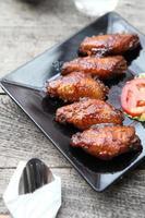frango frito no fundo madeira foto