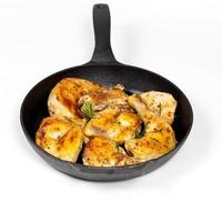 frigideira com frango assado. foco seletivo. foto
