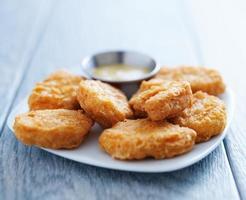 nuggets de frango com mostarda com mel em luz natural foto