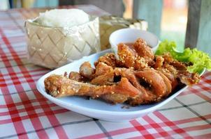 estilo tailandês frango frito com arroz foto