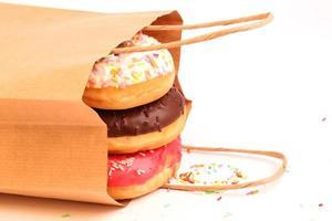 donuts fritos em uma sacolas de papel foto
