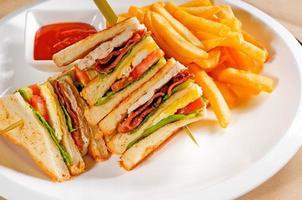 sanduíche de clube de três andares foto