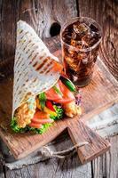 kebab saboroso com bebida gelada foto