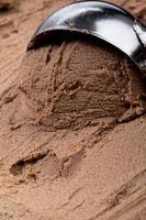 sorvete cremoso de chocolate com uma colher foto