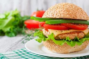 sanduíche com hambúrguer de frango, tomate, queijo e alface foto