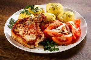costeleta de porco, batatas cozidas e legumes