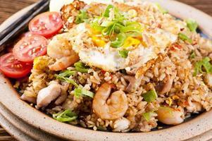 nasi goreng com ovo frito, frango e camarão