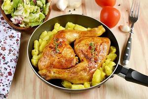 pernas de frango assado com batatas foto