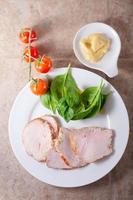 peito de peru com salada verde foto