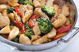 frango e legumes salteados foto