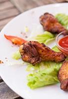 asas de frango frito com ketchup. foto
