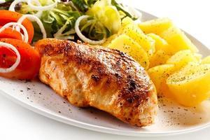 bife, batatas cozidas e legumes