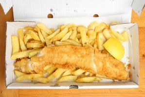 takeaway de peixe com batatas fritas foto