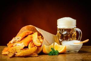 peixe, batatas fritas e cerveja