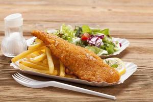 peixe frito e batatas fritas em uma bandeja de papel