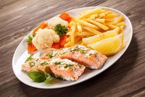 salmão assado, batata frita e legumes