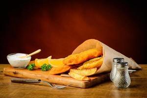 deliciosa refeição com peixe e batatas fritas foto