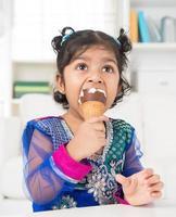 garota indiana tomando sorvete. foto