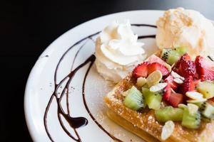 waffles com frutas frescas, chantilly e sorvete foto