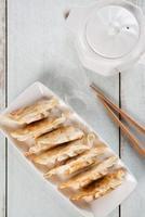 vista superior, comida asiática, panela, frito, bolinhos foto