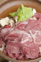 prato de cerâmica de carne grelhada foto