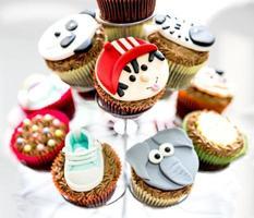 desfrutando deliciosos cupcakes