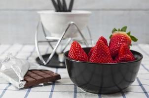 morangos para um fondue de chocolate foto