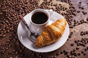 café e croissant foto
