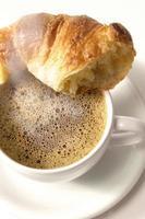 croissant e café foto