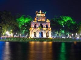torre de tartaruga à noite. 4x3 foto