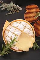 camembert assado foto