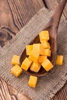 pedaços de queijo cheddar foto