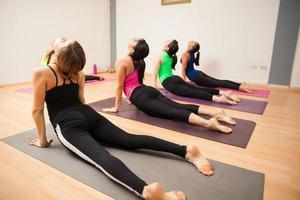 pose de cobra na aula de yoga foto