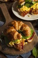 sanduíche de café da manhã com ovos e presunto e queijo