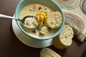 Sopa de batata cozida carregada foto