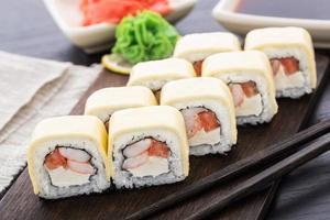 rolos de sushi com camarão e queijo cheddar