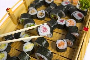 rolo de sushi isolado no fundo branco