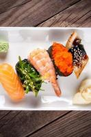 sushi fresco em fundo de madeira