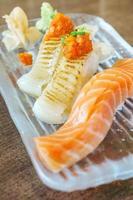 sushi japonês de salmão engawa foto