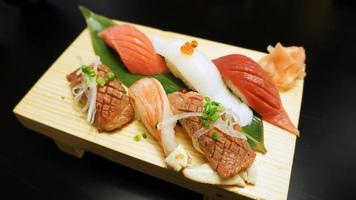 sushi japonês na placa de madeira foto