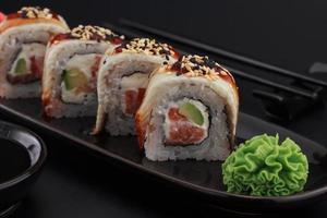 rolos de sushi de qualidade premium sobre fundo preto foto